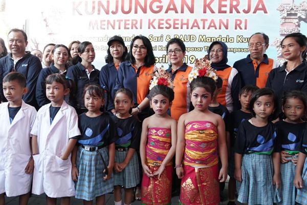 Foto Menteri Kesehatan Bersama dengan Tim Posyandu dan Anak-anak PAUD