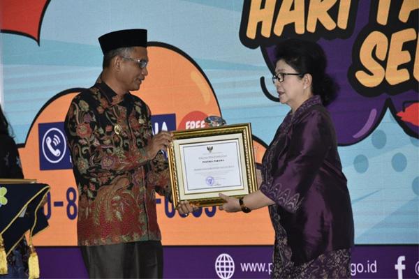 Kemenkes Berikan Penghargaan Pastika Para ke Kabupaten Nangan Raya
